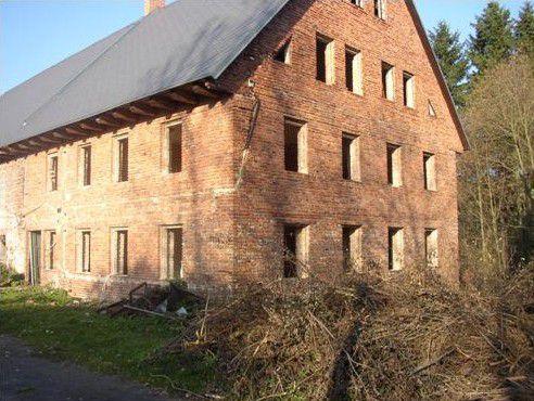 Chráněné dílny Kopeček sídlí v budově bývalého statku.